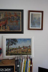 Kunst im Wohnzimmer - links oben sogar mit selbst gebautem Rahmen