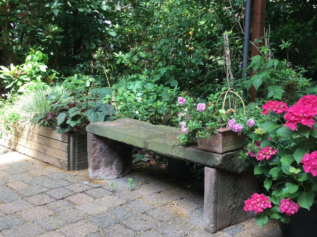 Gartenbank aus ehemaligen Mauerabschlusssteinen