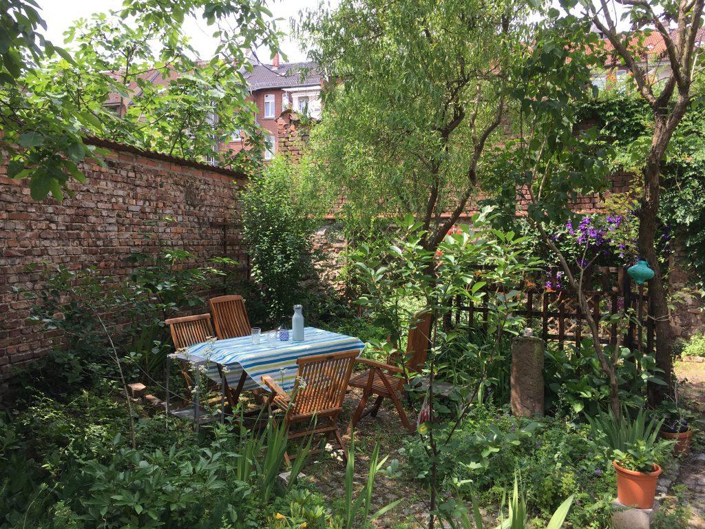 Verwunschene Sitzecke im Garten