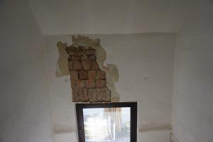 Zustand Fenster nach Entfernung lockerer Tapete und lockerem Putz