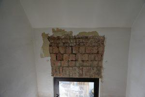 Entfernter Putz oberhalb des gesamten Fensters