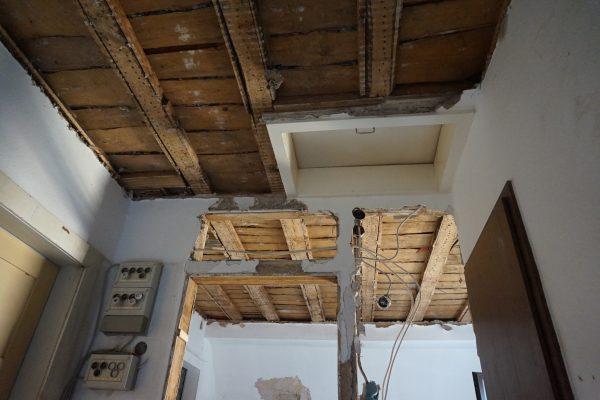 Sichtbares Holztragwerk im Treppenhaus unserees Hauses