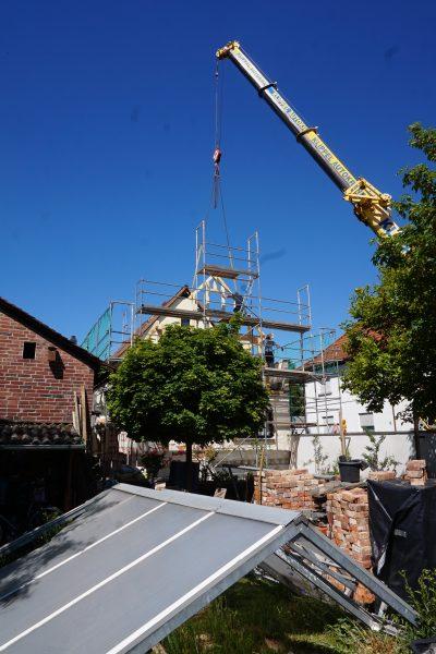 Dach im Garten, Holzbau bei der Aufrichtung
