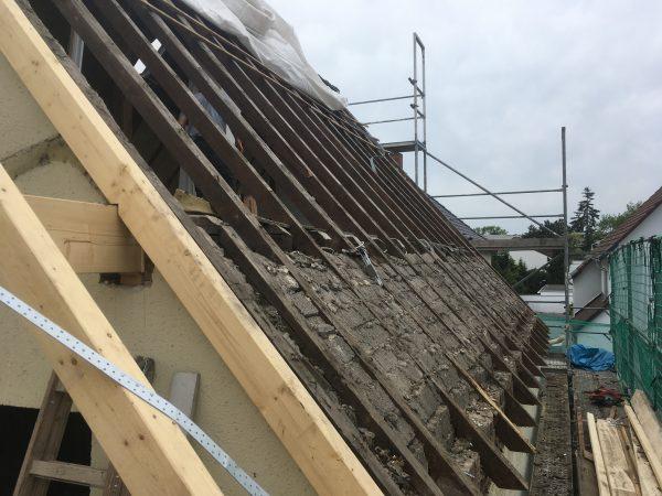 Abgedecktes Dach mit überraschenden Fundstücken.
