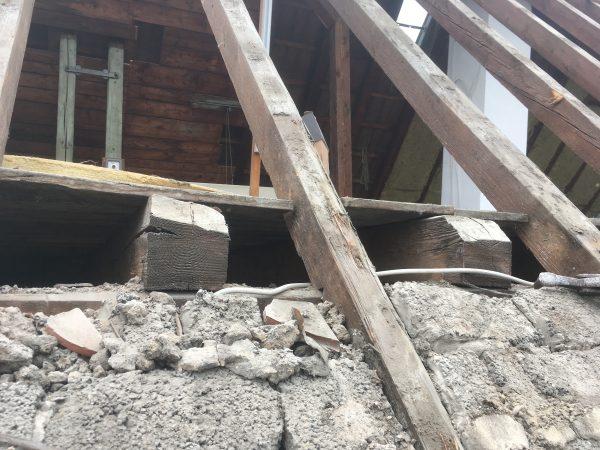 Detailanschluss des Daches mit vermauerten Bims-Beton-Steinen.