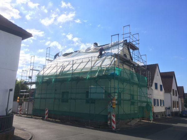 Baufortschritt - Montage der Aufsparrendämmung.