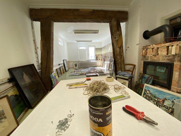Aufbau der Ausstellung: gemalt und vergessen - EINE ZEITREISE