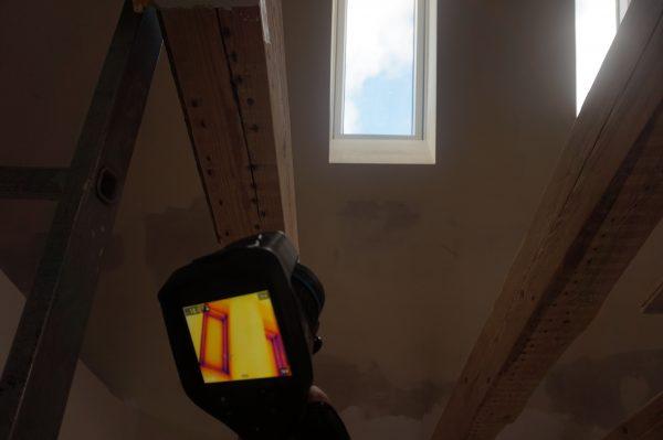 Begleitender Thermographiemessung des Dachfensters während der Blower-Door-Messung