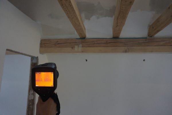 Begleitender Thermographiemessung der in die Wand einbindende Holzkonstruktion während der Blower-Door-Messung