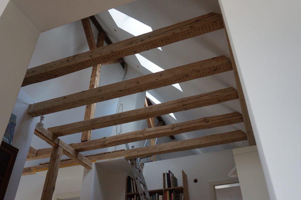 Blick in den Dachstuhl mit offenem Holztragwerk